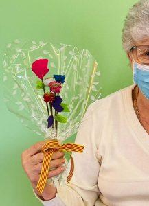 Taller de roses per Sant Jordi a càrrec de persones grans